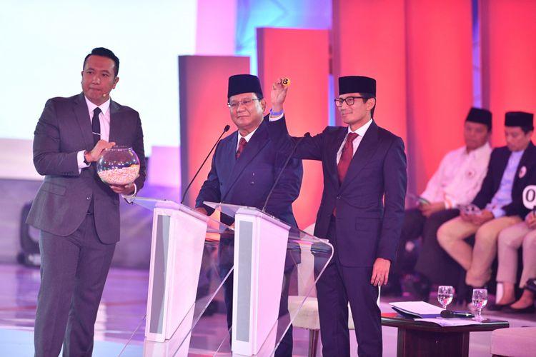 Pasangan nomor urut 02 Prabowo Subianto (tengah) dan Sandiaga Uno (kanan) mengambil undian pertanyaan saat debat pertama Pilpres 2019, di Hotel Bidakara, Jakarta, Kamis (17/1/2019). Debat tersebut mengangkat tema Hukum, HAM, Korupsi, dan Terorisme.