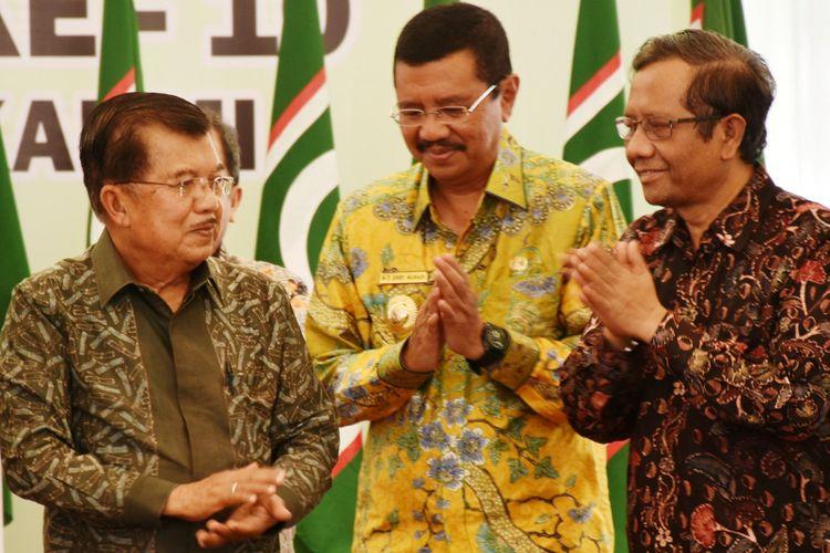 Acara berbalas pantun Wakil Presiden Jusuf Kalla dengan Gubernur Sumatera Utara Erry Nuradi di penutupan Munas KAHMI ke 10, Minggu (19/11/2017)