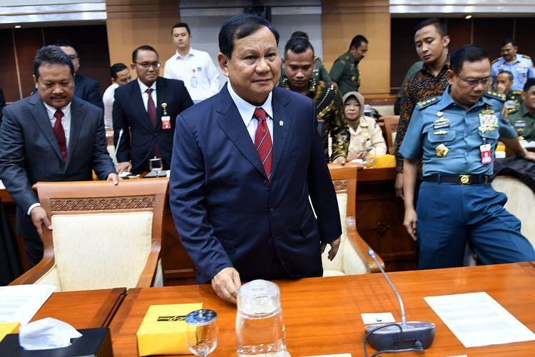 Menteri Pertahanan Prabowo Subianto (tengah) bersiap mengikuti rapat bersama Komisi I DPR di kompleks Parlemen, Jakarta, Senin (11/11/2019). Rapat bersama antara DPR dan Kementerian Pertahanan (Kemhan) membahas rencana kerja Kemhan tahun 2020 beserta dukungan anggarannya. ANTARA FOTO/Aditya Pradana Putra/ama.   *** Local Caption ***