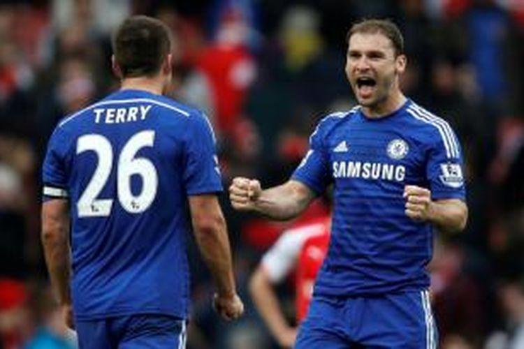Ekspresi John Terry (kiri) dan Branislav Ivanovic (kanan) saat Chelsea sukses menahan imbang Arsenal di Stadion Emirates, Minggu (25/4/2015).