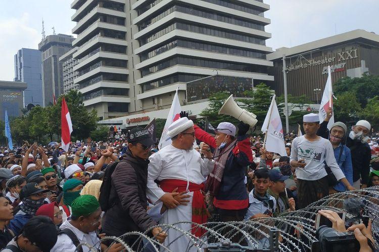 Ketua Dewan Syura FPI Muhsin Ahmad Alatas berorasi di hadapan massa GNKR yang berunjuk rasa di depan Bawaslu, Rabu (22/5/2019).