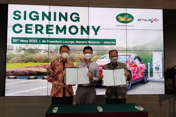 Penandatanganan kerja sama PT Grahabuana Cikarang dan PT Starvo Global Energi untuk menghadirkan SPKLU di wilayah Jababeka, Cikarang, Jawa Barat, Selasa (25/5/2021).