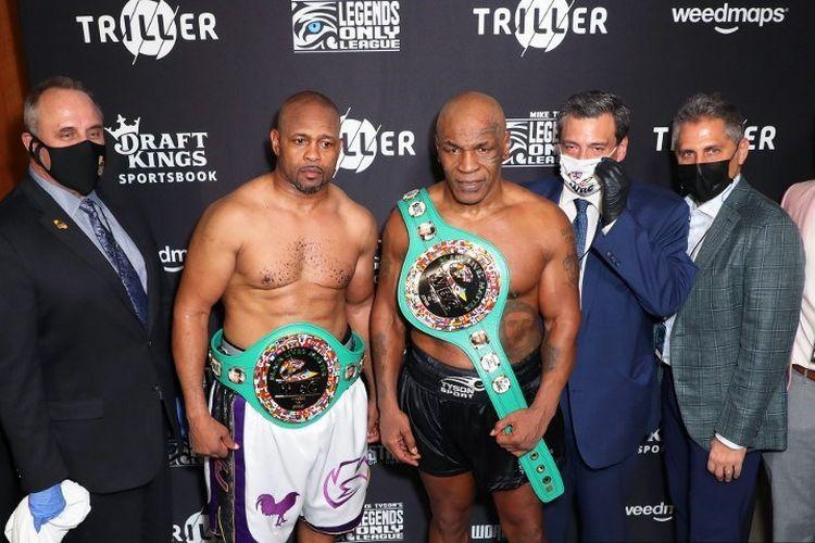 Roy Jones Jr (kiri, celana putih) dan <a href='https://manado.tribunnews.com/tag/mike-tyson' title='MikeTyson'>MikeTyson</a> (kanan celana hitam) pada pertarungan yang dipersembahkan oleh Triller di Staples Center pada 28 November 2020 di Los Angeles, California.