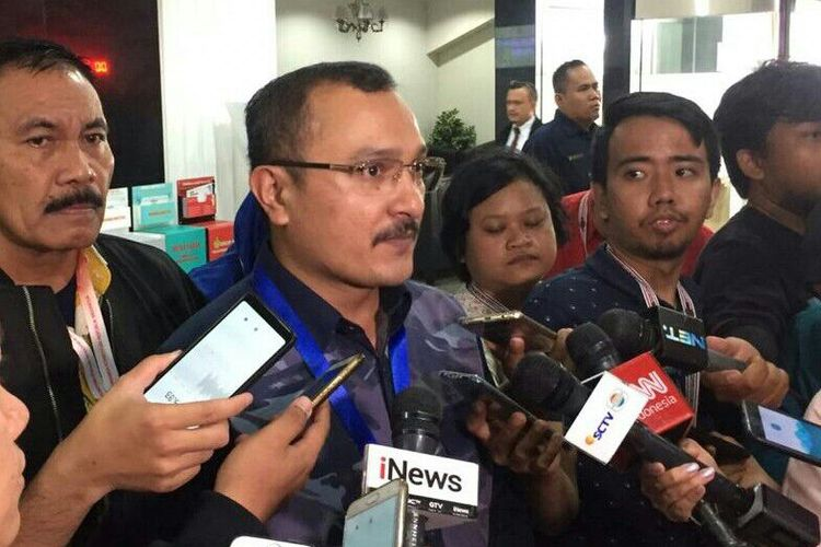 Kepala Divisi Advokasi dan Hukum Partai Demokrat, Ferdinand Hutahaeanmendaftarkan permohonan gugatan sengketa pileg ke Mahkamah Konstitusi, Jalan Medan Merdeka Barat, Jumat (24/5/2019).