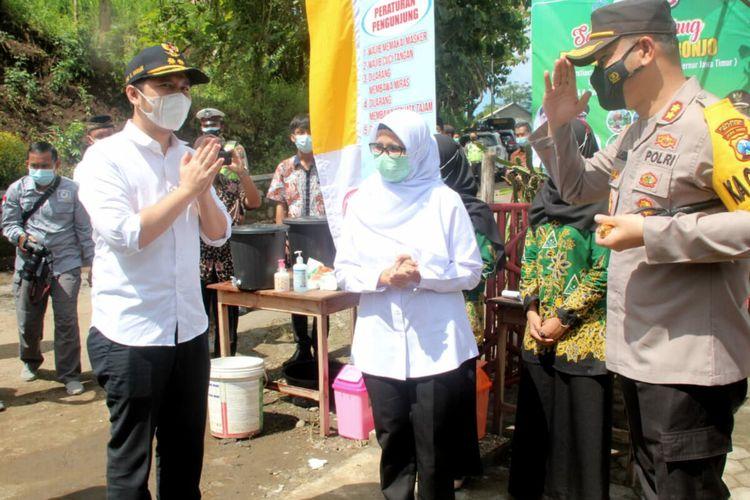 Wakil Gubernur Jawa Timur Emil Elestianto Dardak memberi salam kepada Kapolres Blitar AKBP Leonard M Sinambela pada sebuah kegiatan di Desa Mronjo, Kecamatan Selopuro, Kabupaten Blitar, Sabtu (20/3/2021)