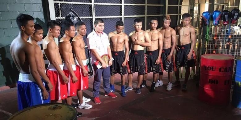 Chris John berpose dengan sejumlah petinju yang berpartisipasi dalam Indonesian Boxing Championship (IBC).