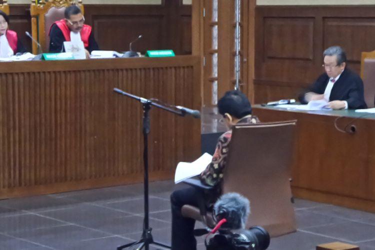Setya Novanto duduk di kursi terdakwa di Gedung Pengadilan Tipikor Jakarta, Rabu (20/12/2017).