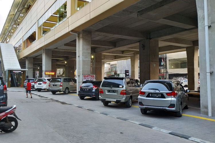 Parkir liar menghalangi jalur khusus disabilitas di kolong Stasiun MRT Haji Nawi, Jakarta Selatan, pada Kamis (4/4/2019).