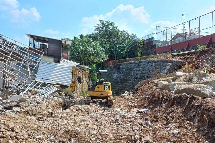 Kondisi turap longsor yang menimpa rumah warga di perumahan Nerada Estate, Cipayung, Ciputat, Tangerang Selatan, Sabtu (12/6/2021). Alat berat dikerahkan untuk menyingkirkan materia turap yang longsor pada Jumat malam setelah terjadi hujan deras di daerah itu.