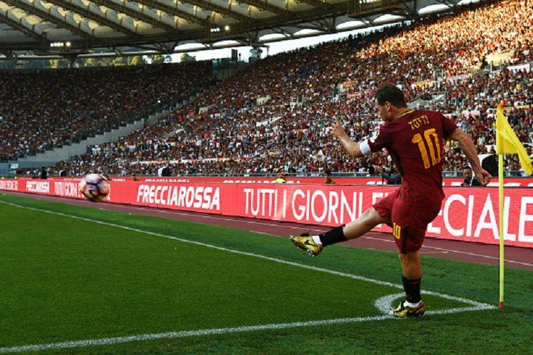 Francesco Totti menjalani laga terakhirnya sebagai pesepak bola profesional pada laga antara AS Roma dan Genoa di Stadion Olimpico, Minggu (28/5/2017).