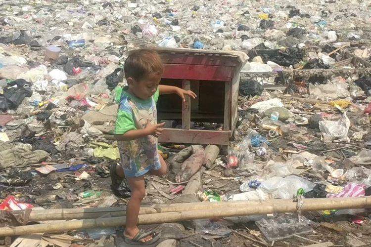 anak-anak bermain ditengah lautan sampah Kampung Bengek, Muarau Baru, Penjaringan, Jakarta Utara