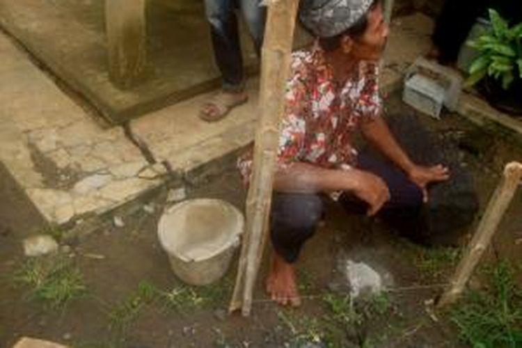 Tanah dan bangunan rumah milik warga di lereng Bukit Menoreh, Kecamatan Salaman, Kabupaten Magelang, Jawa Tengah, tiba-tiba mengalami keretakan. Diduga karena tanah labil akibat hujan deras yang mengguyur kawasan tersebut.