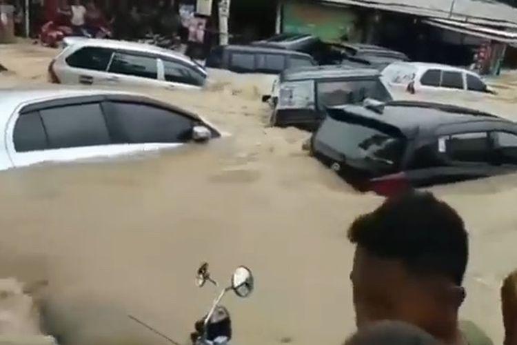 Perumahan Pondok Gede Permai, Bekasi, mobil terseret genangan air banjir.
