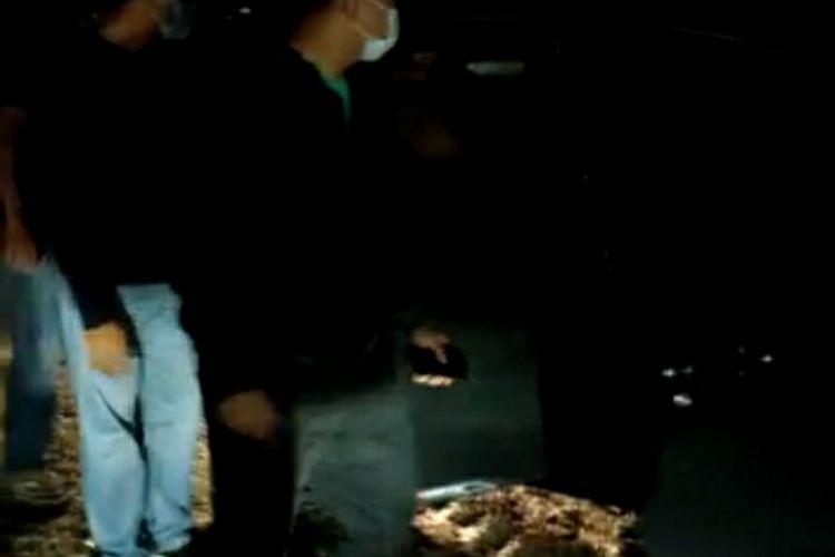 Tangkapan layar video detik-detik Tim Harimau Kampar Ditresnarkoba Polda Riau menangkap dua orang bandar narkoba di Kecamatan Bukit Batu, Kabupaten Bengkalis, Riau, Senin (9/11/2020) dini hari. Salah satu bandar narkoba bernama Hendra tewas ditembak polisi.