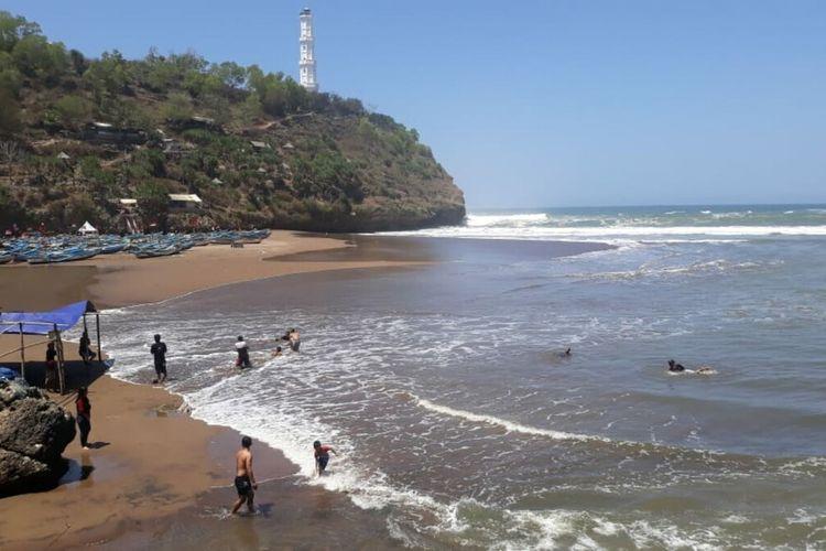 Wisatawan Pantai Baron, Gunungkidul, Nekat Bermain Air Meski Gelombang Tinggi Rabu (9/9/2020)