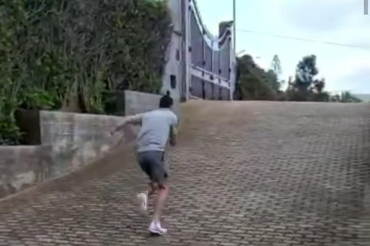 Cristiano Ronaldo melakukan sprint sebagai bagian dari latihan kaki rutinnya.