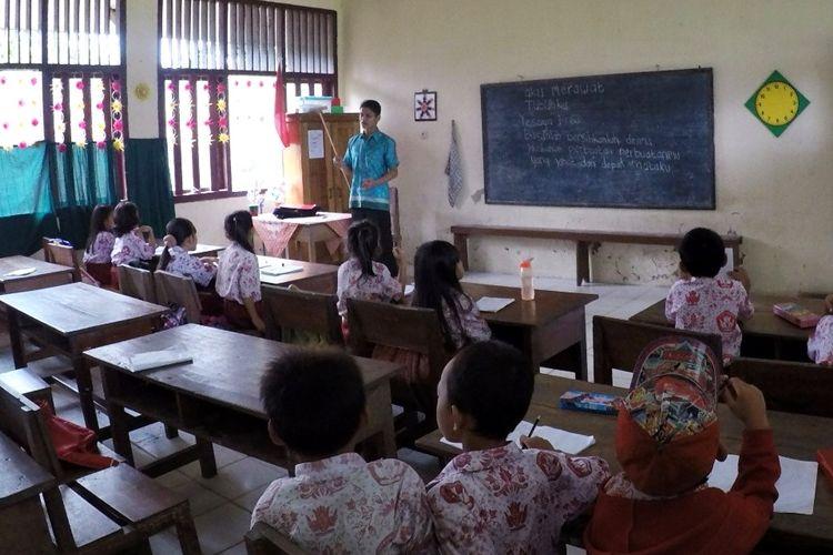 Ilustrasi: Seorang guru mengajar di salah satu SD di Kabupaten Bulungan, Kalimantan Utara beberapa waktu lalu.