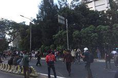 Pukul 18.40, Demonstran di Flyover Slipi Dipukul Mundur, Massa Lari ke Pejompongan
