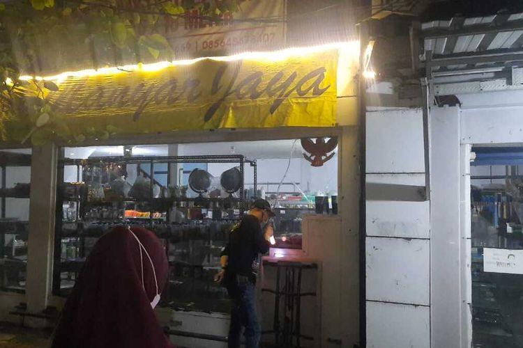 Toko buku legendaris di Kota Surabaya, Jawa Timur, Manyar Jaya, diduga dibobol maling pada Minggu (16/5/2021) malam. Sejumlah uang dan ponsel di dalam toko tersebut raib digasak maling.