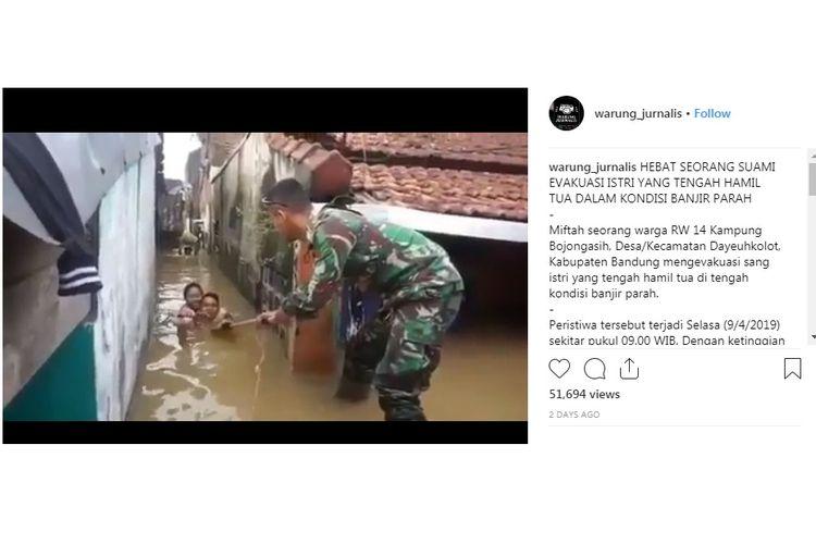 Video viral suami menggendong sang istri yang tengah hamil tua menembus genangan banjir di Kampung Bojongasih, Dayeuhkolot, Kabupaten Bandung.