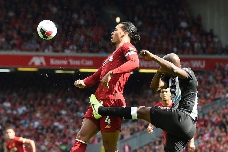 Dua pemain Belanda, Virgil van Dijk dan Jetro Willems, berduel pada pertandingan Liverpool vs Newcastle United dalam lanjutan Liga Inggris di Stadion Anfield, 14 September 2019.
