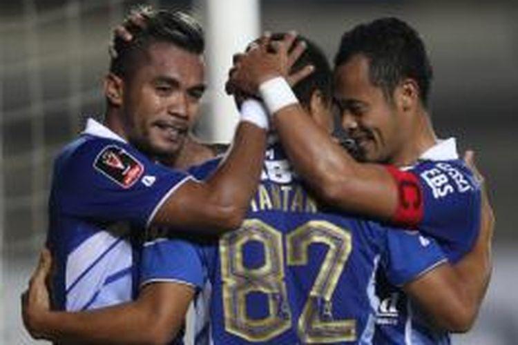 Tiga pemain Persib Bandung (dari kiri ke kanan), Zulham Zamrun, Tantan, dan Atep merayakan gol ke gawang Persiba Balikpapan di Stadion Jalak Harupat, Kabupaten Bandung, Rabu (2/9/2015).