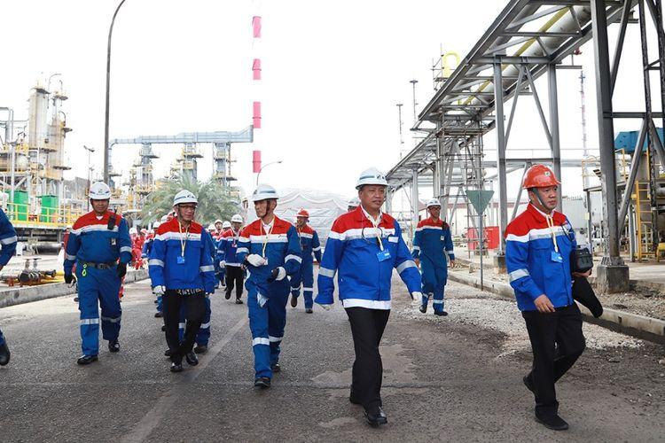 Menristekdikti Mohamad Nasir saat mengunjungi Pengolahan Refined Bleached Deodorized Palm Oil (RBDPO) Menjadi Green Diesel atau Diesel Nabati dengan Teknologi Co-Processing di Kilang Pertamina Refinery Unit II Dumai, Riau pada Kamis (16/5/2019).