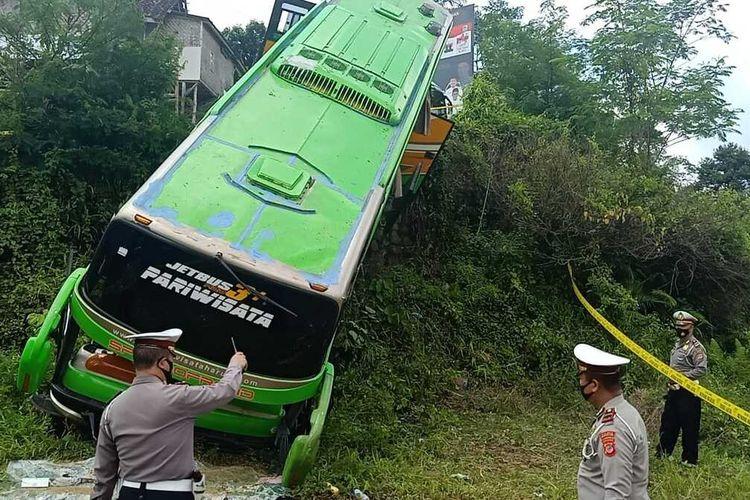 Kasat Lantas Polres Tasikmalaya Iptu Engkos Kosasih, mengecek langsung kejadian bus masuk jurang di Jalan Pamijahan, Kabupaten Tasikmalaya, Rabu (11/11/2020).