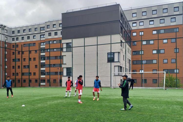 Pelatih timnas U-19 Indonesia, Fakhri Husaini, memimpin latihan tim Garuda Select di kawasan Universitas Aston, Birmingham, Inggris, dalam rangka persiapan menghadapi Leicester U-16 pada Senin (6/5/2019).