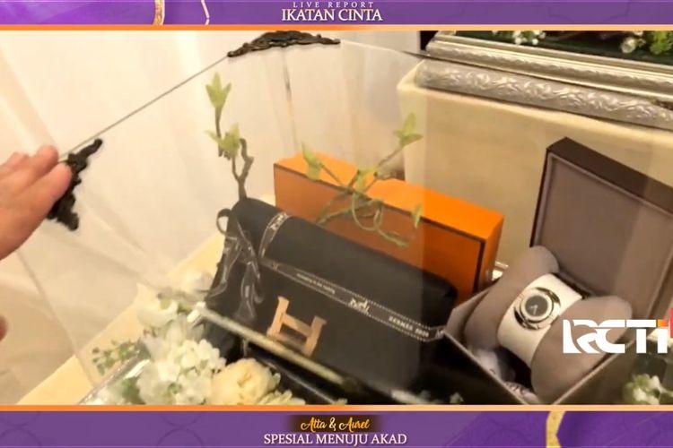 Intip isi seserahan dari Atta Halilintar untuk Aurel Hermansyah yang berisi berbagai macam barang branded dan bernuansa ungu.