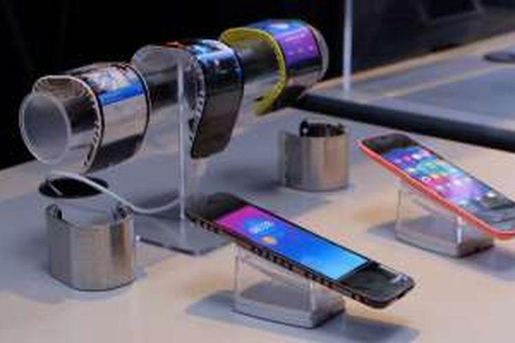 Lenovo pamerkan ponsel layar lipat CPlus yang bisa ditekuk dan berubah menjadi semacam gelang pintar.