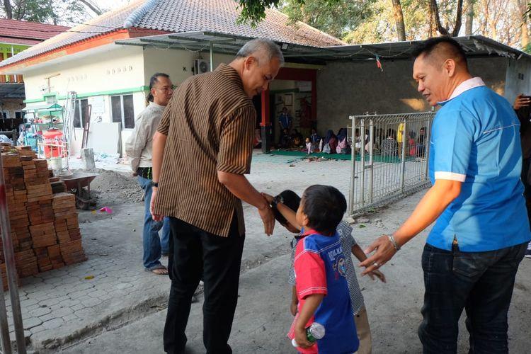 Gubernur Jawa Tengah Ganjar Pranowo berkunjung ke Yayasan Lentera di Surakarta, Jawa Tengah untuk bermain bersama anak dengan HIV/AIDS, Selasa (23/7/2019)