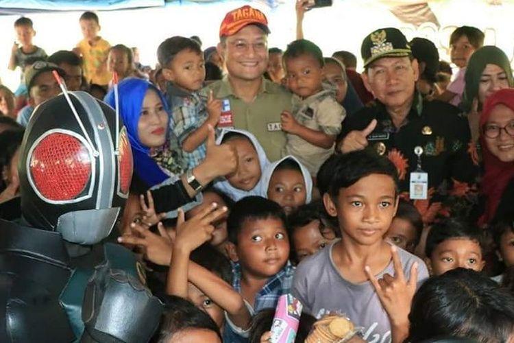 Mensos Juliari P Batubara bersama anak-anak korban banjir di Stadion Hoegeng Kota Pekalongan Jawa Tengah.