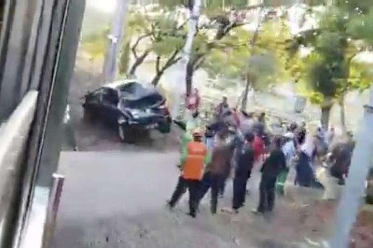 Sebuah mobil tertabrak kereta rel listrik (KRL) di perlintasan kereta api sisi Taman Pemakaman Umum Tanah Kusir, Kebayoran Lama, Jakarta pada Kamis (17/9/2020) pagi.