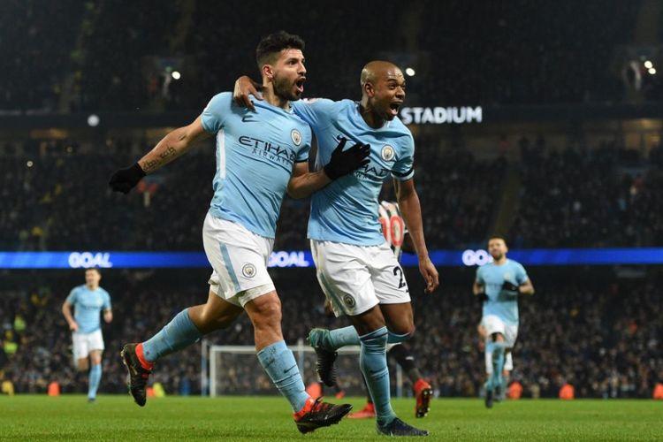 Fernandinho dan Sergio merayakan gol Manchester City ke gawang Newcastle United pada pertandingan Premier League di Stadion Etihad, Sabtu (20/1/2018).