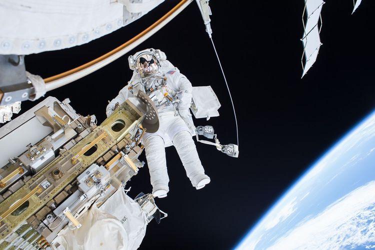 Komandan Ekspedisi 46 Scott Kelly saat memindahkan mobil rel pengangkut seluler Stasiun Luar Angkasa Internasional Desember 2015 lalu. EPA/NASA / HANDOUT  HANDOUT EDITORIAL USE ONLY