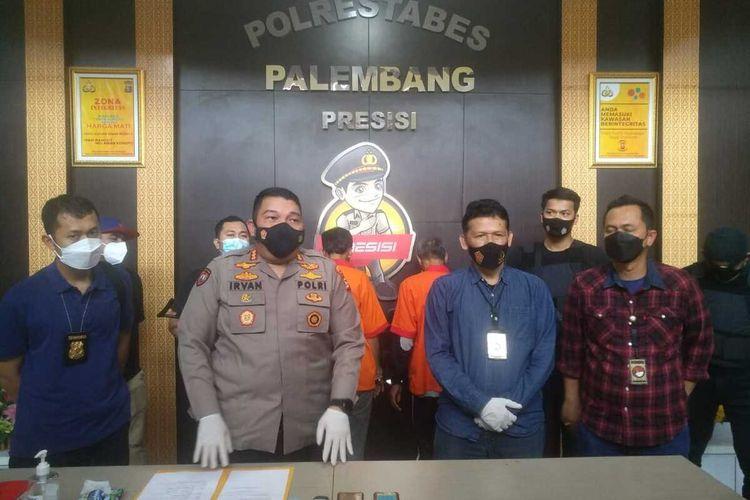 Polrestabes Palembang saat melakukan gelar perkara terkait penangkapan bandar sabu di kampung narkoba Palembang bernama Ateng (34). Ateng sebelum ditangkap sempat bersembunyi di kawasan kebun kopi Kabupaten Ogan Komering Ulu (OKU) Selatan, Sumatera Selatan, Senin (26/4/2021).