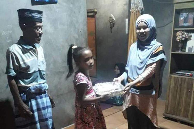 Kalista, Bocah yang merayakan Ulang tahun ke 10 tahun dengan berbagi kasih berupa nasi kotak kepada warga yang terkena dampak Covid19 di Kelurahan Watunggene, Kecamatan Kota Komba, Kabupaten Manggarai Timur, NTT, Sabtu, (25/4/2020).