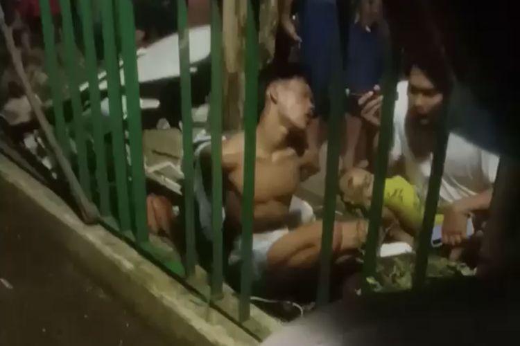 Sejumlah warga menangkap seorang pria, anggota komplotan maling motor yang beraksi di dekat Jalan Srengseng Sawah tepatnya di dekat Setu Mangga Bolong, Srengseng Sawah, Jagakarsa, Jakarta Selatan pada Kamis (1/7/2021) malam.