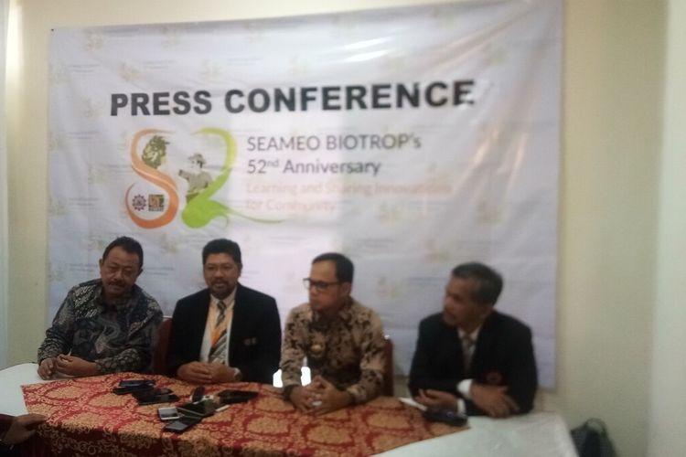 Direktur Southeast Asian Regional Centre for Tropical Biology (SEAMEO BIOTROP) Irdika Mansur (kedua kiri) saat menyampaikan hasil inovasi selama perjalanan 52 tahun dalam press conference HUT SEAMEO BIOTROP, di Bogor, Jawa Barat, Rabu (26/2/2020).