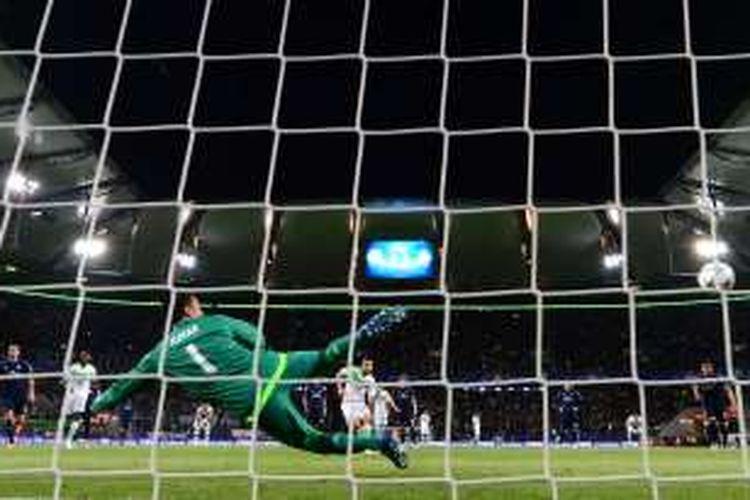 Penjaga gawang Real Madrid, Keylor Navas, gagal menghalau eksekusi penalti pemain belakang Real Madrid, Ricardo Rodriguez, pada perempat final pertama di Volkswagen Arena, Kamis (6/4/2016).