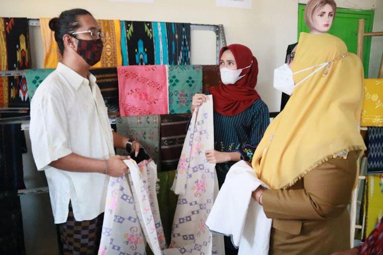 Wakil Bupati Gresik Aminatun Habibah (kanan) saat berbincang dengan salah seorang pemilik dan pengrajin sarung Desa Wedani, Kecamatan Cerme, Gresik.
