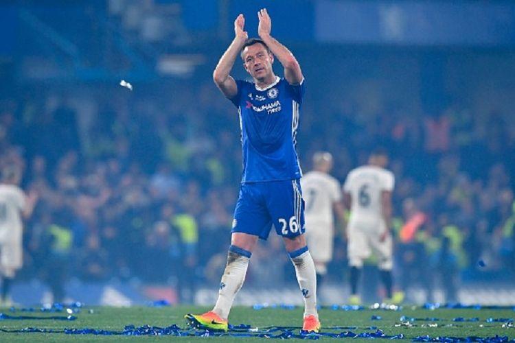 John Terry mendapat aplaus dari suporter Chelsea di Stadion Stamford Bridge seusai laga kontra Watford, Senin (15/5/2017).
