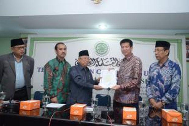 Pimpinana Solaria Aliuyanto menerima sertifikat halal dari ketua MUI KH Ma'ruf Amin.