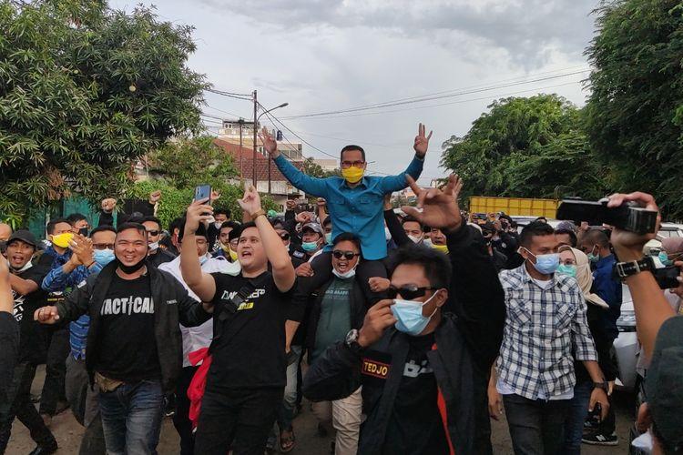 Calon wakil wali kota Tangerang Selatan nomor urut 3 Pilar Saga Ichsan mendatangi posko pemenangan di Jelupang, Serpong Utara, Rabu (9/12/2020) sore. Pilar tiba dengan digendong oleh para pendukungnya.