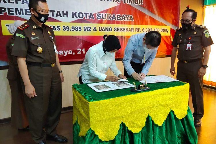 Wali Kota Risma menandatangani penyerahan aset di Kejati Jatim, Selasa (21/7/2020).