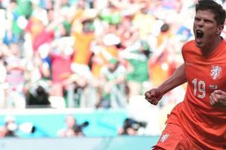 Huntelaar merayakan gol yang ia cetak melalui titik penalti di injury time melawan Meksiko dalam perdelapan final Piala Dunia 2014, Minggu (29/6/2014).