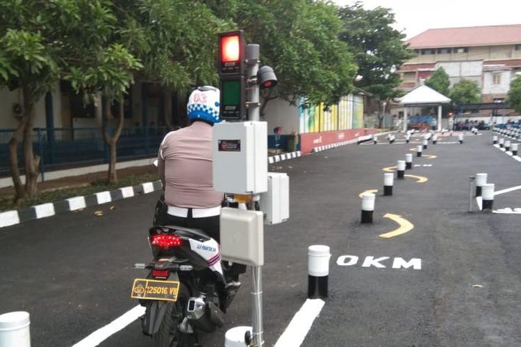 Ujian praktik bagi pengaju SIM C di Satpas SIM Daan Mogot, Jakarta Barat, Selasa (10/12/2019)