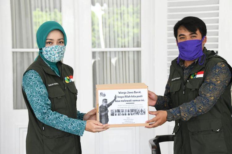 Ketua Umum Jabar Bergerak Atalia Ridwan Kamil menyaksikan serah terima bantuan untuk penanggulangan COVID-19, di Gedung Pakuan, Kota Bandung, Jumat (17/4/2020).