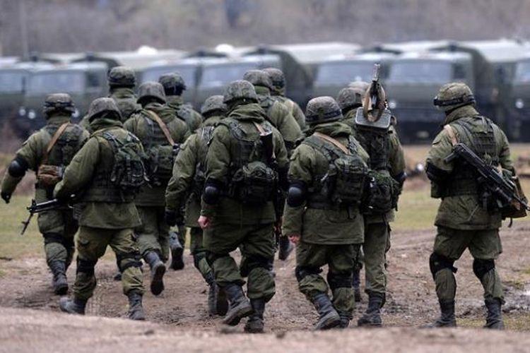 Sekelompok pasukan Rusia berpatroli di sekitar pangkalan militer Ukraina di Perevalnoye yang berhasil direbut. Pasukan Ukraina kini sedang mempersiapkan diri untuk meninggalkan semenanjung Crimea.